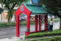 Imagine atasata: 1200px-Bus_stop_in_Macau_(6993759717).jpg